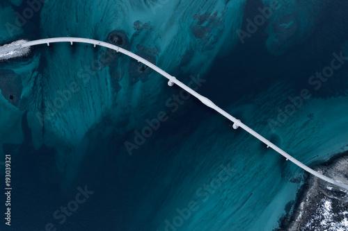 zdjecia-lotnicze-mostu-nad-ciesnina-morska-widoczna-glebia-w-kolorach-niebieskim-i-zielonym-w-poblizu-tromso-sommaroy-norwegia