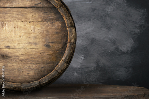 Fotografía background of barrel and worn old table of wood