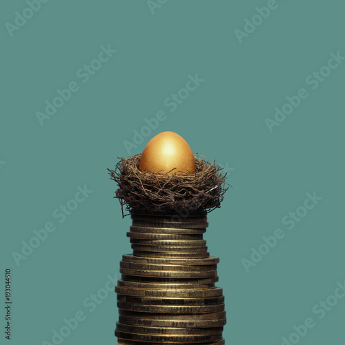 Photo A golden egg in a nest on a pile of coins