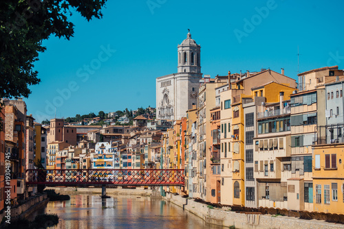 Poster Brussel Colorful yellow and orange houses and bridge Pont de Sant Agusti reflected in water river Onyar, in Girona, Catalonia, Spain.