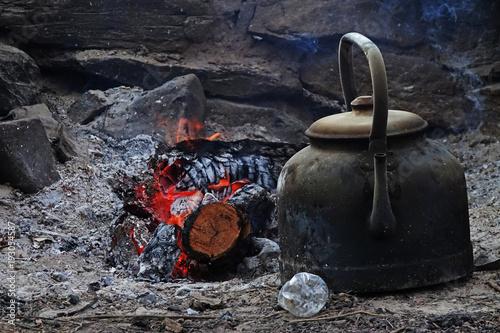 Pava de hierro junto a la leña