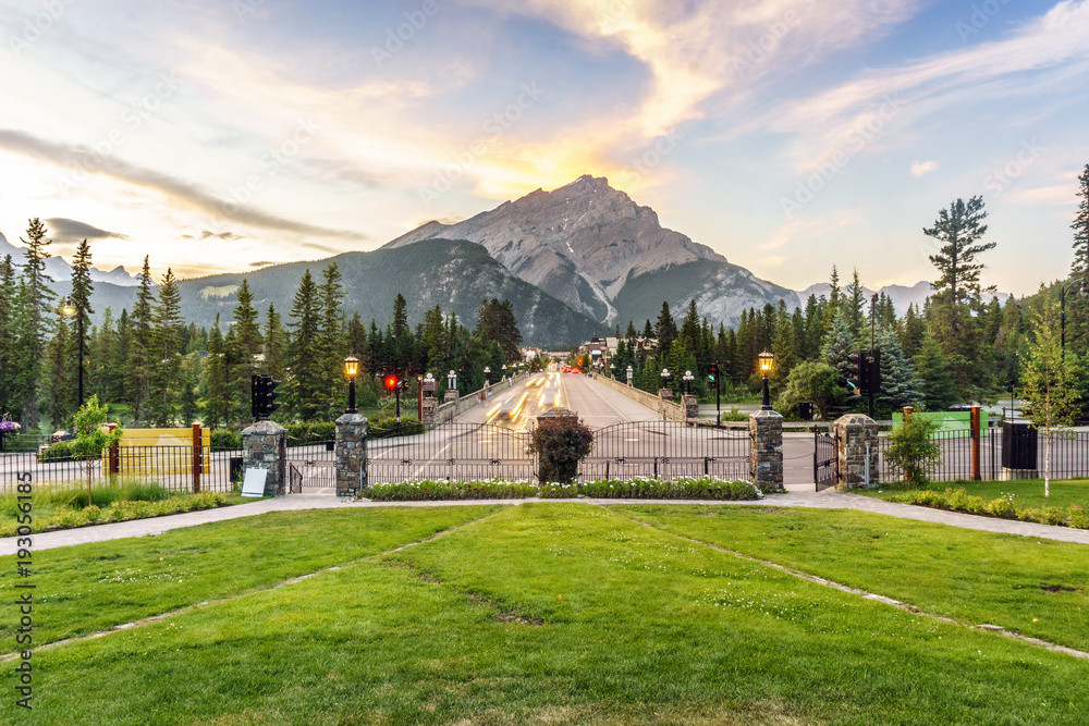 Fototapeta Main street in Banff with Cascade Mountain towering over town, Alberta, Canada
