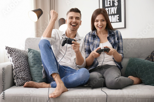 Photo  Young couple playing video games at home