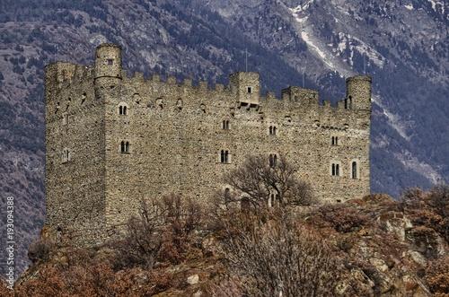Plakat Ułamek Ussel z Chatillon, Valle d'Aosta, Włochy 11 lutego 2018 r. Strzał zrobiony z trzech kwartałów na lewo od zamku.