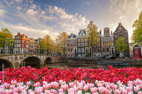 Poster Amsterdam Amsterdam city skyline at canal waterfront with spring tulip flower, Amsterdam, Netherlands