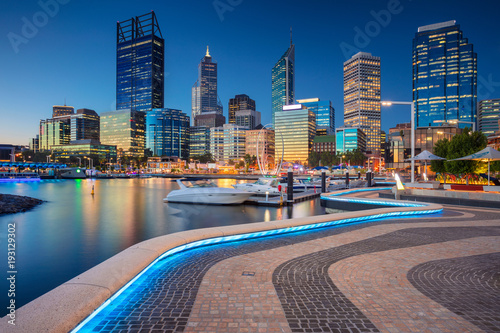 Montage in der Fensternische Australien Perth. Cityscape image of Perth downtown skyline, Australia during sunset.