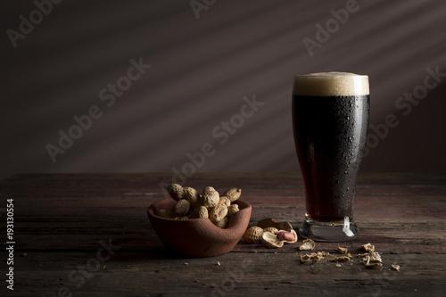 Carta da parati Dark beer and snacks