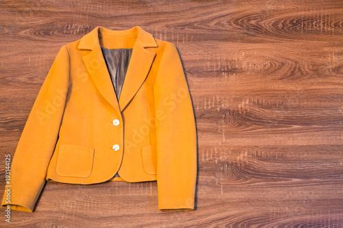 Photo Stylish female blazer on wooden background