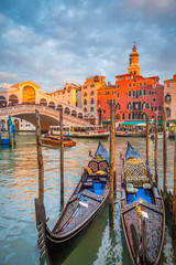 Fototapeta Wenecja Canal Grande with Gondolas and Rialto Bridge at sunset, Venice, Italy