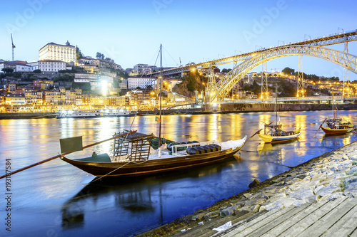 Foto auf Gartenposter Stadt am Wasser Downtown by Douro river with wine barrels on old boats, Porto, Portugal