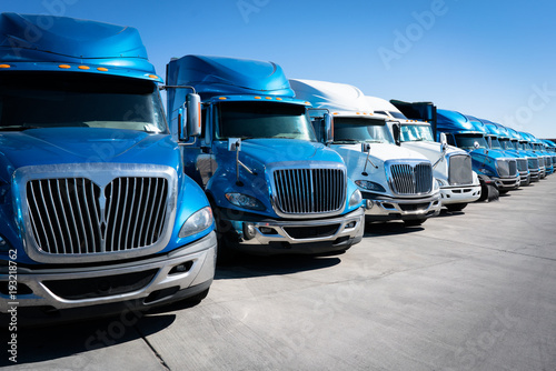 Photo Fleet of blue 18 wheeler semi trucks