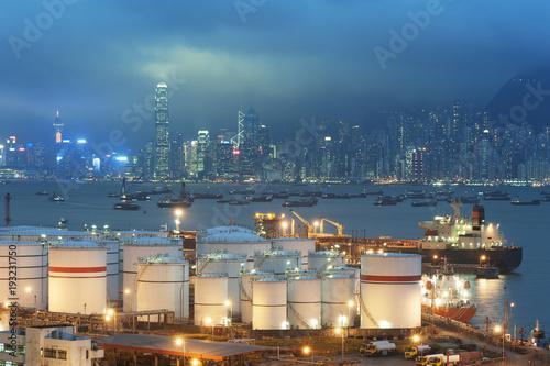 Plakat Nafciany zbiornik w Wiktoria schronieniu Hong Kong miasto przy nocą