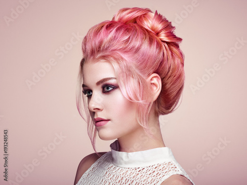 Staande foto Kapsalon Blonde Girl with Elegant and shiny Hairstyle. Beautiful Model Woman with Curly Hairstyle. Care and Beauty Hair products. Perfect Make-Up