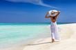 canvas print picture - Elegante Frau in weiß läuft über einen tropischen Strand und genießt ihren Urlaub