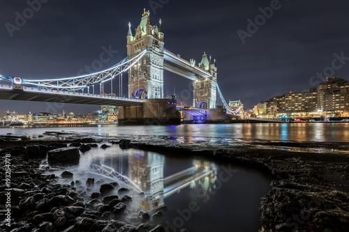 tower-bridge-w-londynie-wieczorem-z
