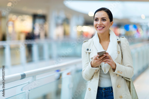 Fotografia  Woman shopping in mall