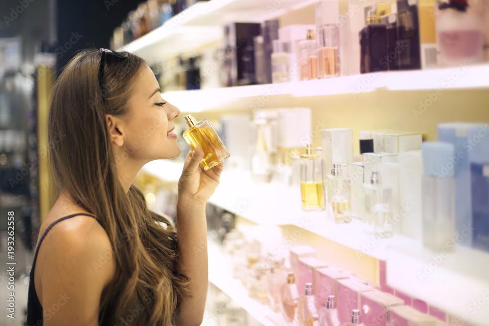 Fototapety, obrazy: Tasting different perfumes