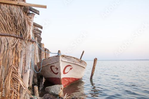Photo  Balıkçı teknesi sahilde limana bağlanmış.
