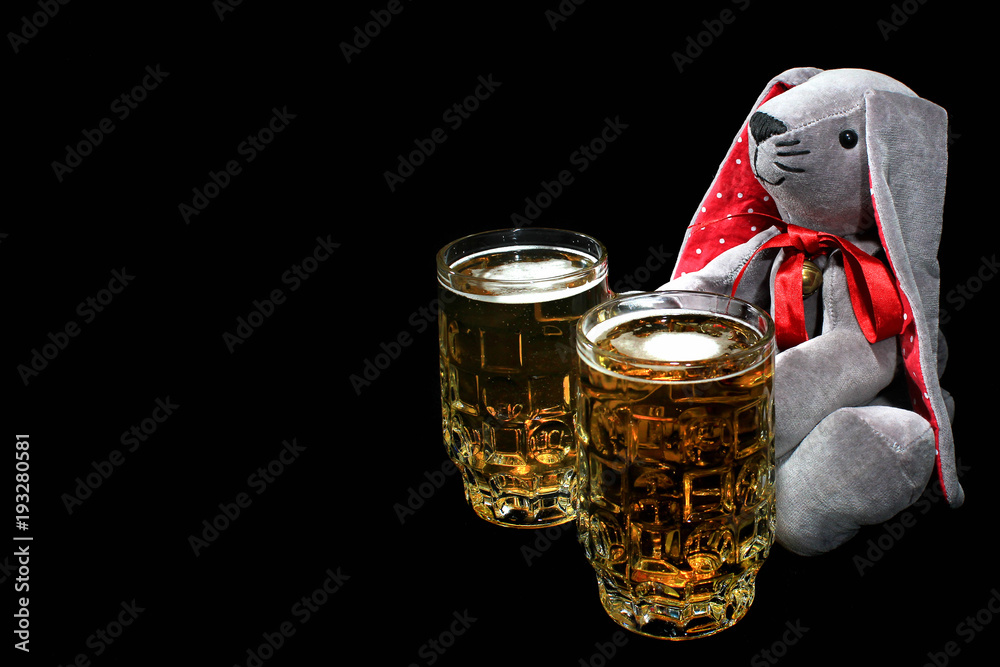 Easter Bunny With Two Mugs Of Beer Against Black Background Foto