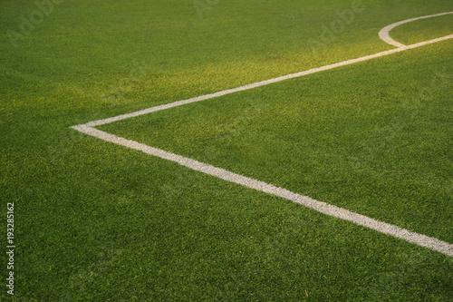 zielone tekstury piłki nożnej lub boisko do piłki nożnej z białym tle linii rogu