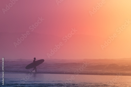 Poster Corail surfer at the sunset with dreamy colors
