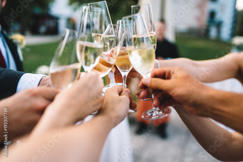 Fotografía  People hold in hands glasses with champagne, friends celebrating and toasting