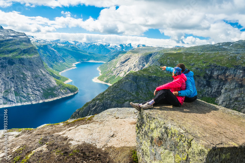 Photo  Couple posing on Trolltunga Norway