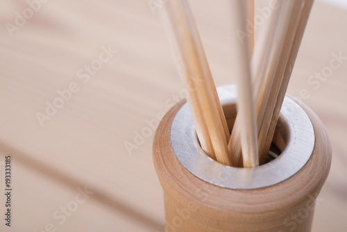 Foto close up of the neck of a glass bottle with aroma liquid and reed sticks