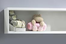 Piękne Zabawki Pluszowe Na Półce W Pokoju Dziecięcym, Dekoracja.