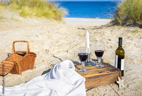 Plakat Pinkin z czerwonym winem na plaży