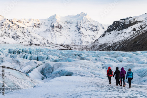 Foto op Canvas Gletsjers mountaineers hiking a glacier