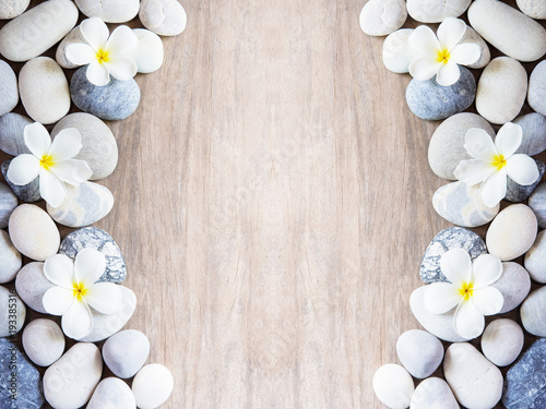 Foto frangipani flower and stone zen spa on wood