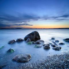 Fototapeta Morze Blaue Stunde, nach Sonnenuntergang am Greifswalder Bodden, Findlinge am Strand, Ostsee, Insel Rügen, Deutschland