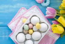 Pasen Gekleurde Eieren. Een Boeket Van Verse Lente Tulpen. Blauwe Achtergrond Sweets. Briefkaart, Vrije Ruimte Voor Tekst.