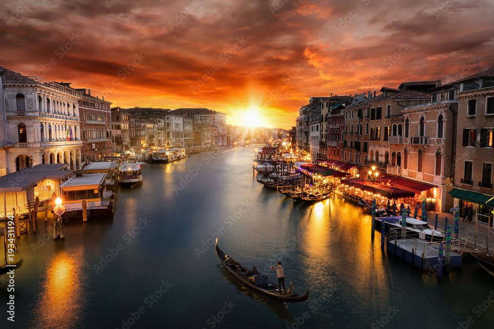 Fototapety, obrazy: Romantischer Sonnenuntergang über dem Canal Grande in Venedig mit vorbeifahrender Gondel