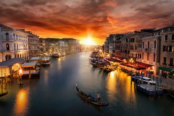 Fototapeta Do salonu Romantischer Sonnenuntergang über dem Canal Grande in Venedig mit vorbeifahrender Gondel