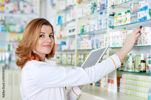 Photo sur Aluminium Pharmacie Pharmacist with tablet and drug