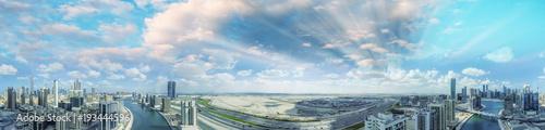 Fototapeta Widok z lotu ptaka Dubaj linia horyzontu przy półmrokiem, UAE