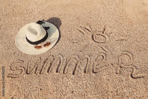 Отдых на море. Отпуск. Шляпа и солнцезащитные очки на писке.