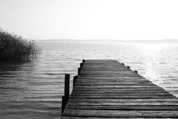 Fototapeta Czarno-Biały Anleger aus Holz in schwarz-weiß