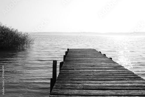 drewniany-mostek-w-czerni-i-bieli