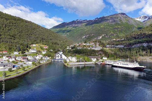 Staande foto Scandinavië Hellesylt in Norwegen – Panorama Ansicht vom Fjord aus