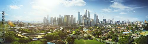 Photo  Panorama cityscape view in the middle of Kuala Lumpur city center ,day time , Malaysia
