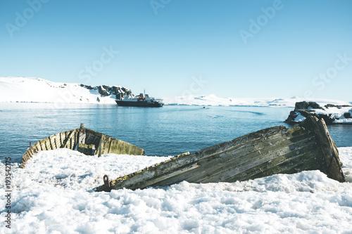 Deurstickers Schipbreuk Wooden Shipwreck - Antarctica