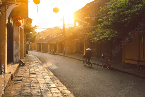 Foto  Beautiful early morning at street in Hoi an ancient town