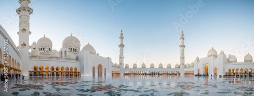 Montage in der Fensternische Dubai Abu Dhabi, UAE, 04 January 2018, Sheikh Zayed Grand Mosque in the Abu Dhabi, United Arab Emirates