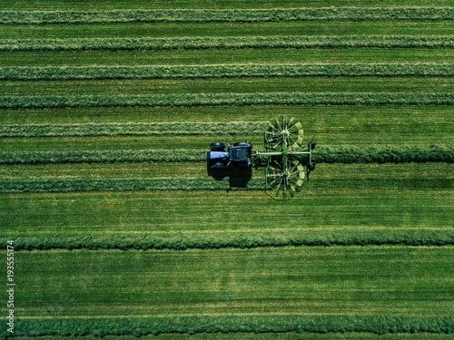 niebieski-ciagnik-koszenia-zielone-pole-widok-z-lotu-ptaka