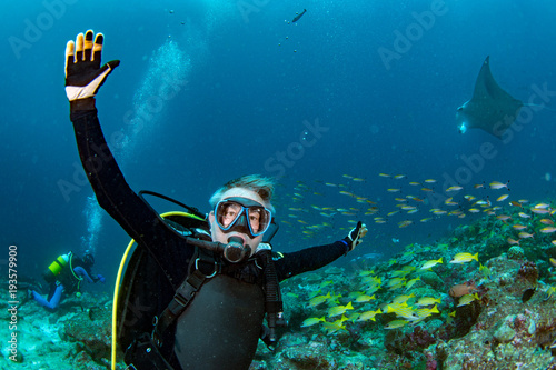In de dag Duiken scuba diver and Manta in the blue ocean background portrait