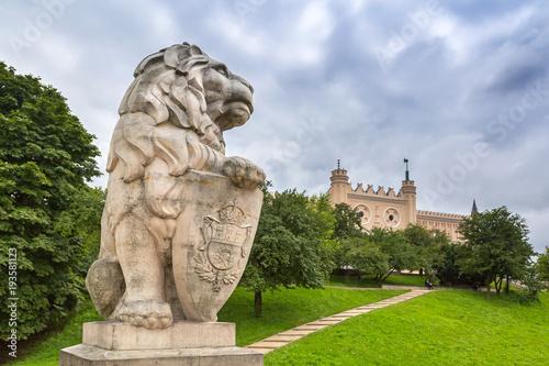Obraz Royal castle in Lublin with guarding lion scrupture, Poland - fototapety do salonu