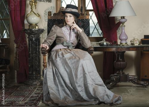 femme robe époque victorienne dans un château Canvas Print